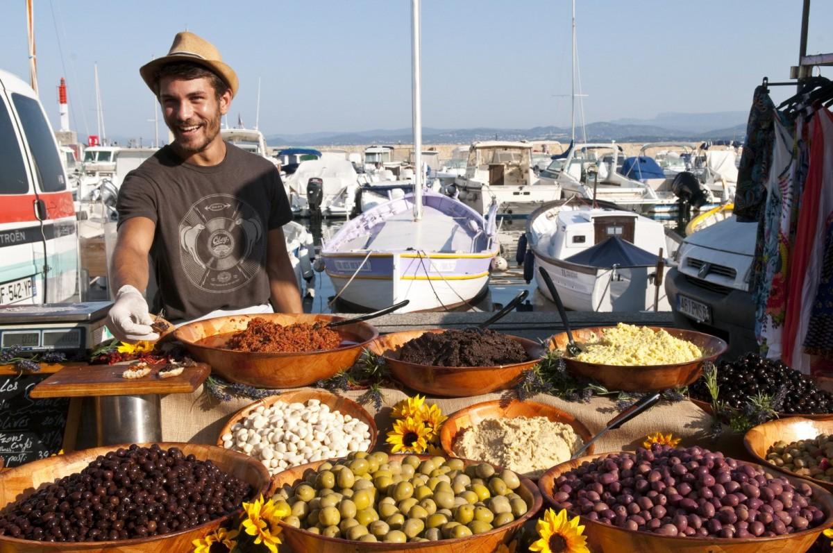 Stand d'olives sur le marché provençal du Brusc