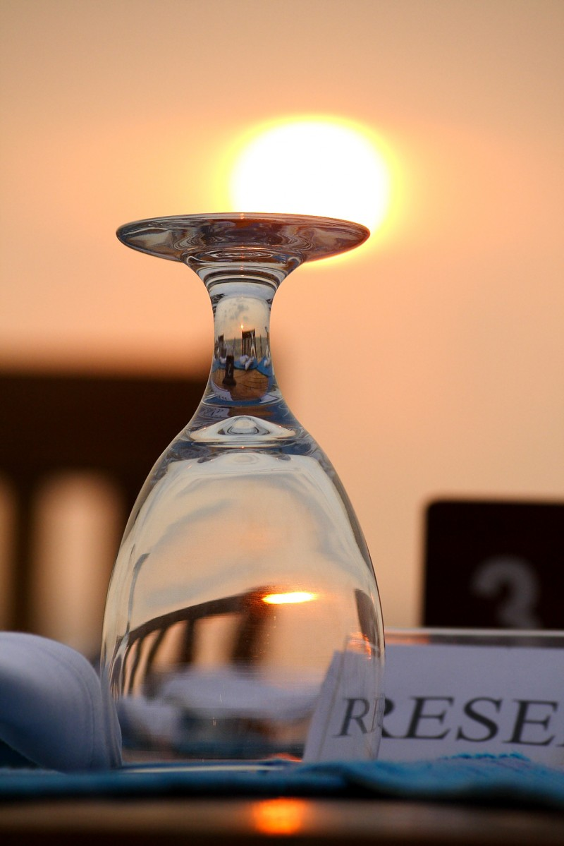 Verre coucher du soleil restaurant romantique fete des peres fete des papas vin table