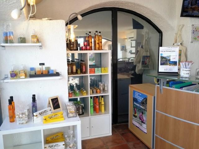Le coin boutique de l'Office de Tourisme souvenirs cadeaux coffrets vacances noel provence